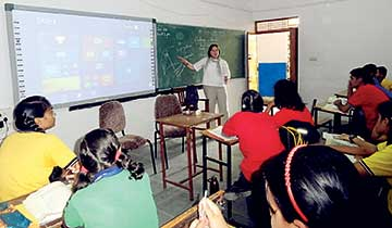 Deanna D'Onofrio (USA) in an ICT based teaching session during Teachers for Global Classrooms Program 2016 at KV Chhatarpur.